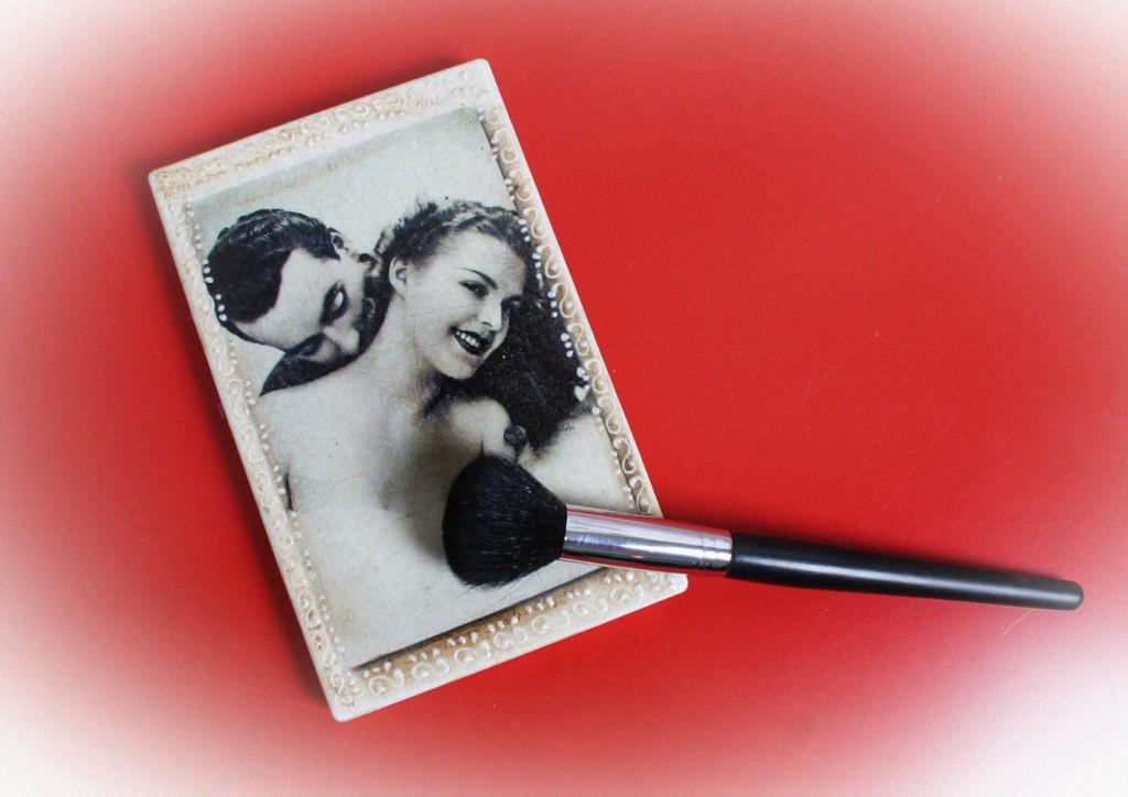 """Paleta decorata cu """"iubareti"""" din anii 20 :) cu tehnica decoupage si procedee de invechire"""
