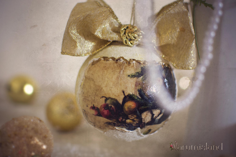 Glob de Craciun decorat cu imagini vintage, fructe si ramuri de brad