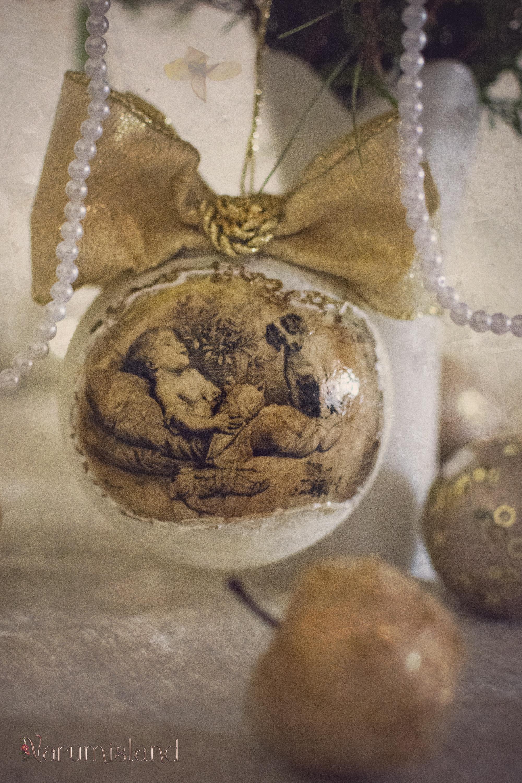 Glob de Craciun cu imagini vintage si funde mari, aurii