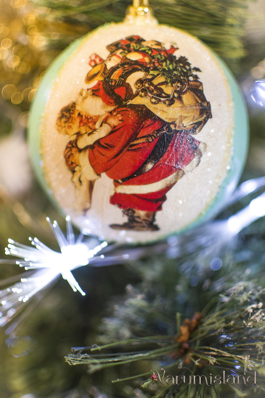 Glob de brad decorat cu Mos Craciun