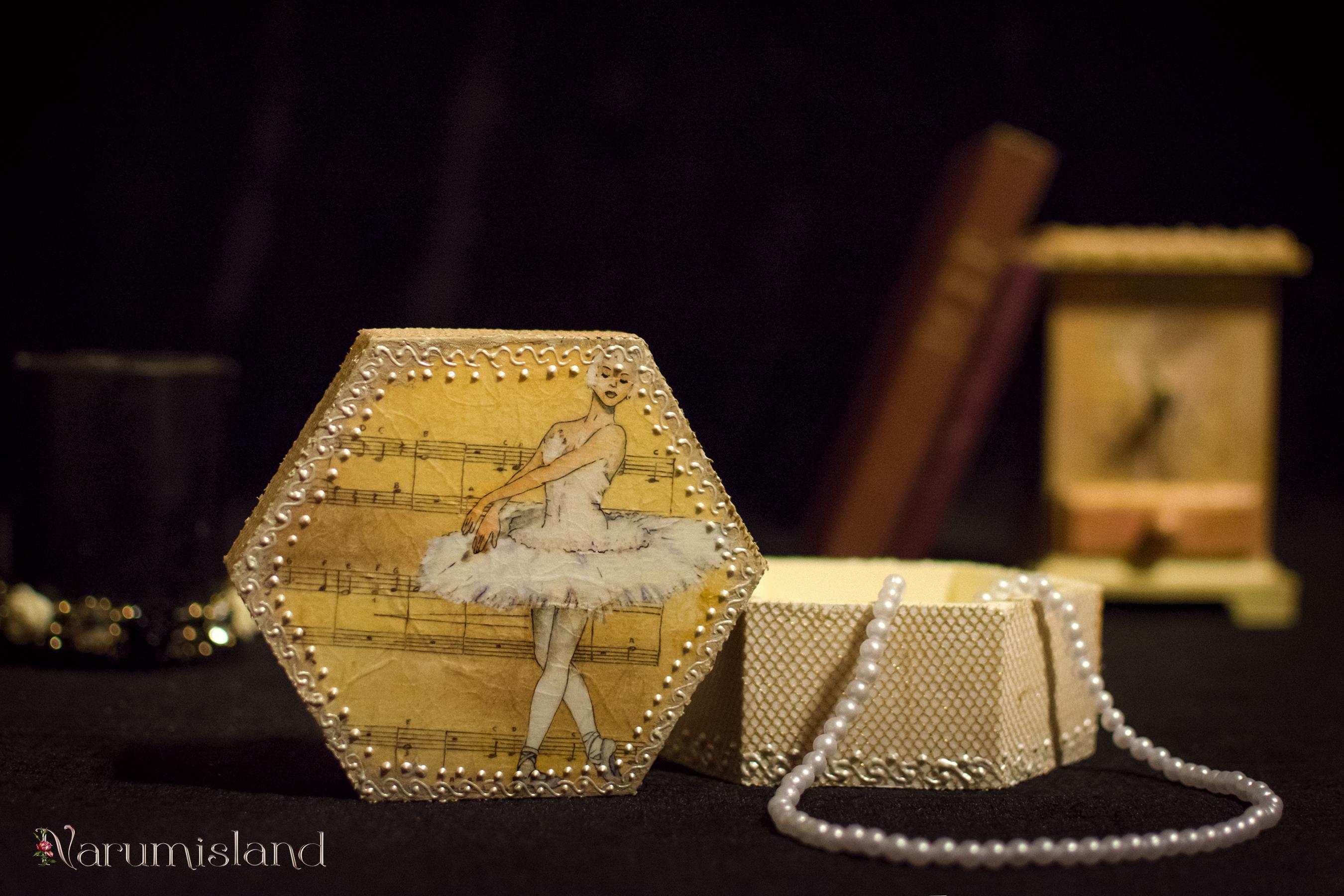 cutie de bijuterii cu balerina si note muzicale