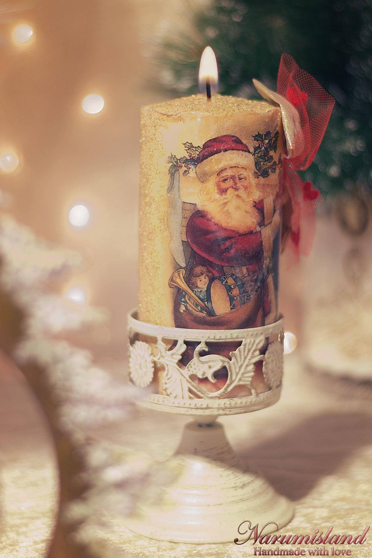 Lumanare Decorativa Cu Motive De Craciun: Santa Si Funda Rosie Si Aurie