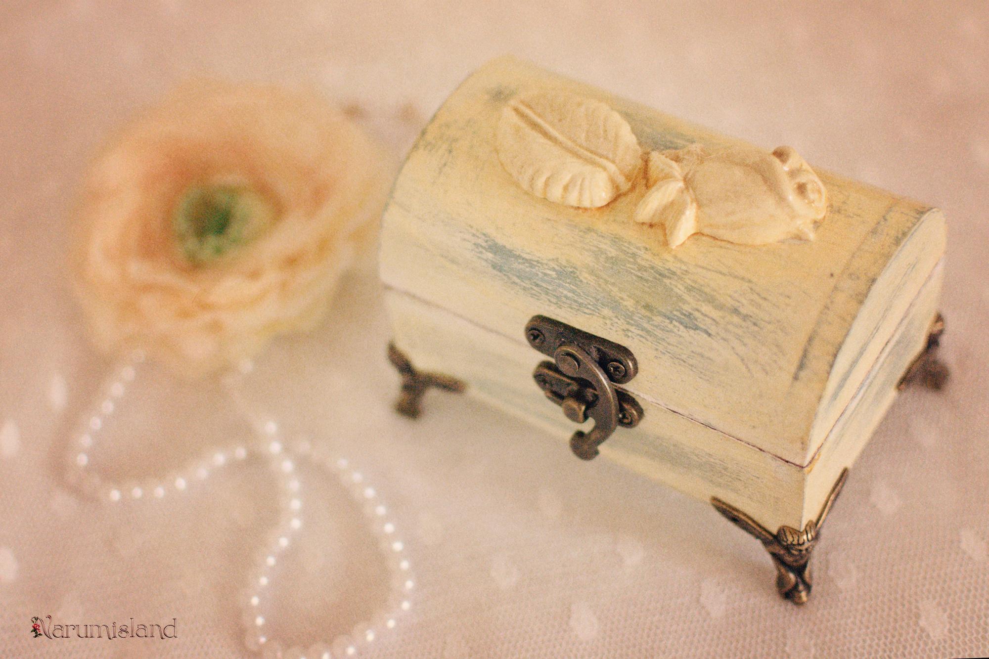 Cufaras Cu Ornamente 3d Trandafiri Si Picioruse Matalice In Forma Ingerasi