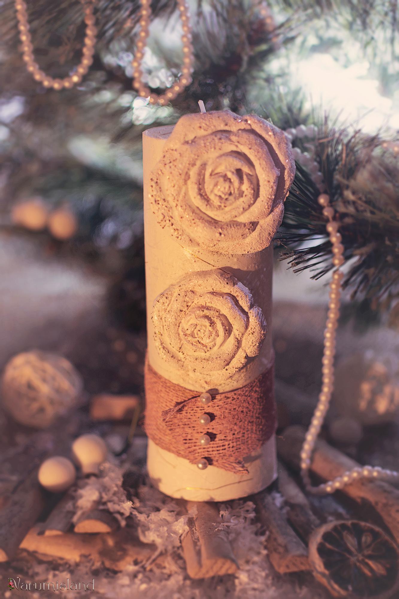 Lumanare Pentru Masa De Craciun, Cu Trandafiri In Relief, Perle Si Funda Roz