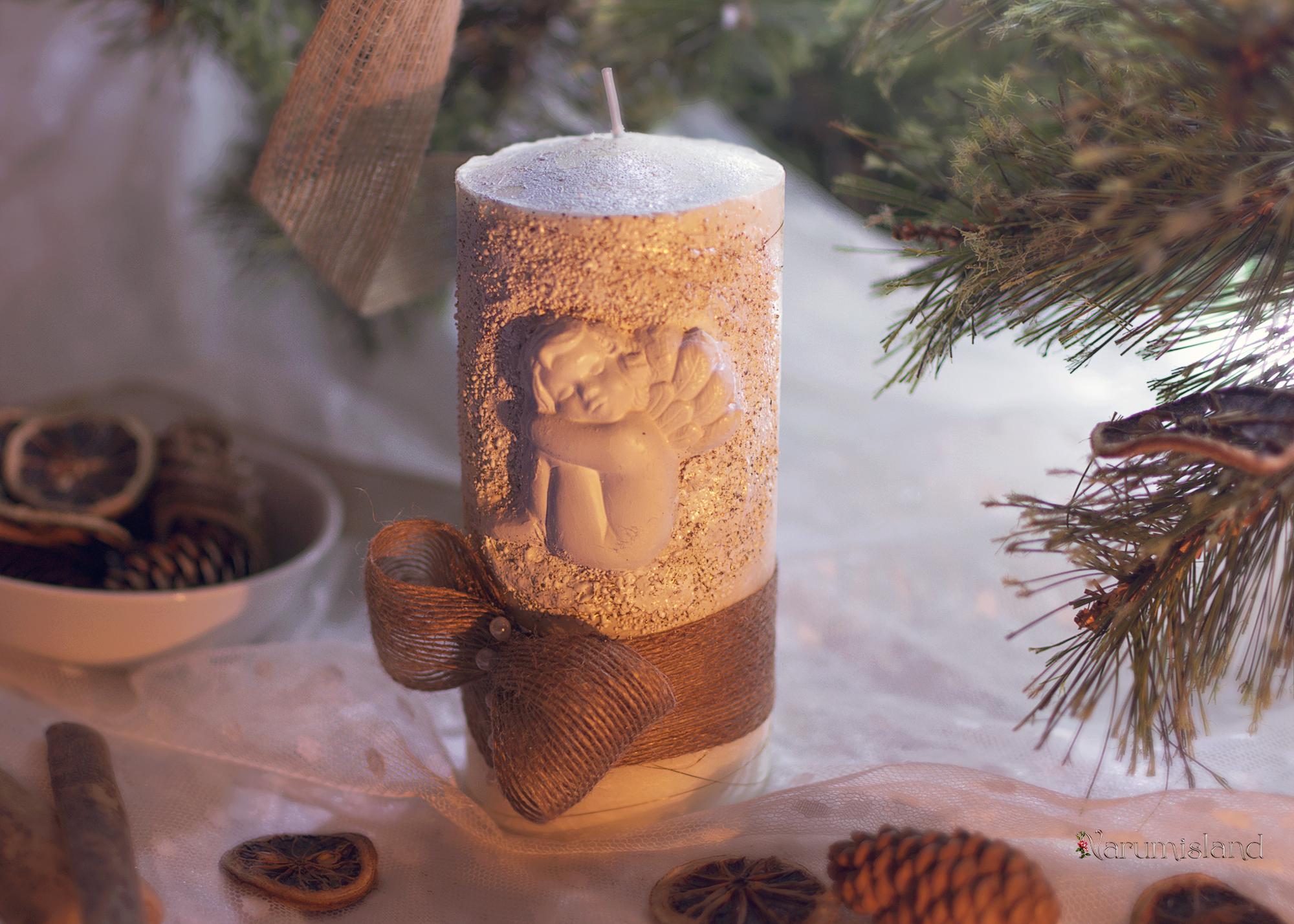 Lumanare Handmade Decorativa Realizata Cu Tehnici Decupaj Si Tehnici De Embosare, Glittere Aurii Si Albe