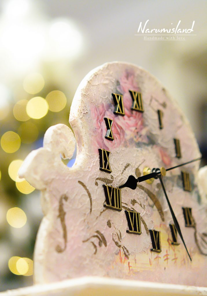 Detaliu ceas cu dantela in relief si note muzicale